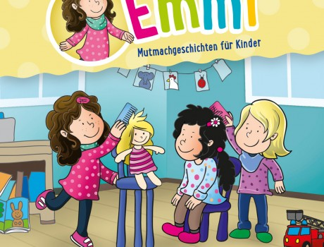 Emmi spielt Puppenfriseur